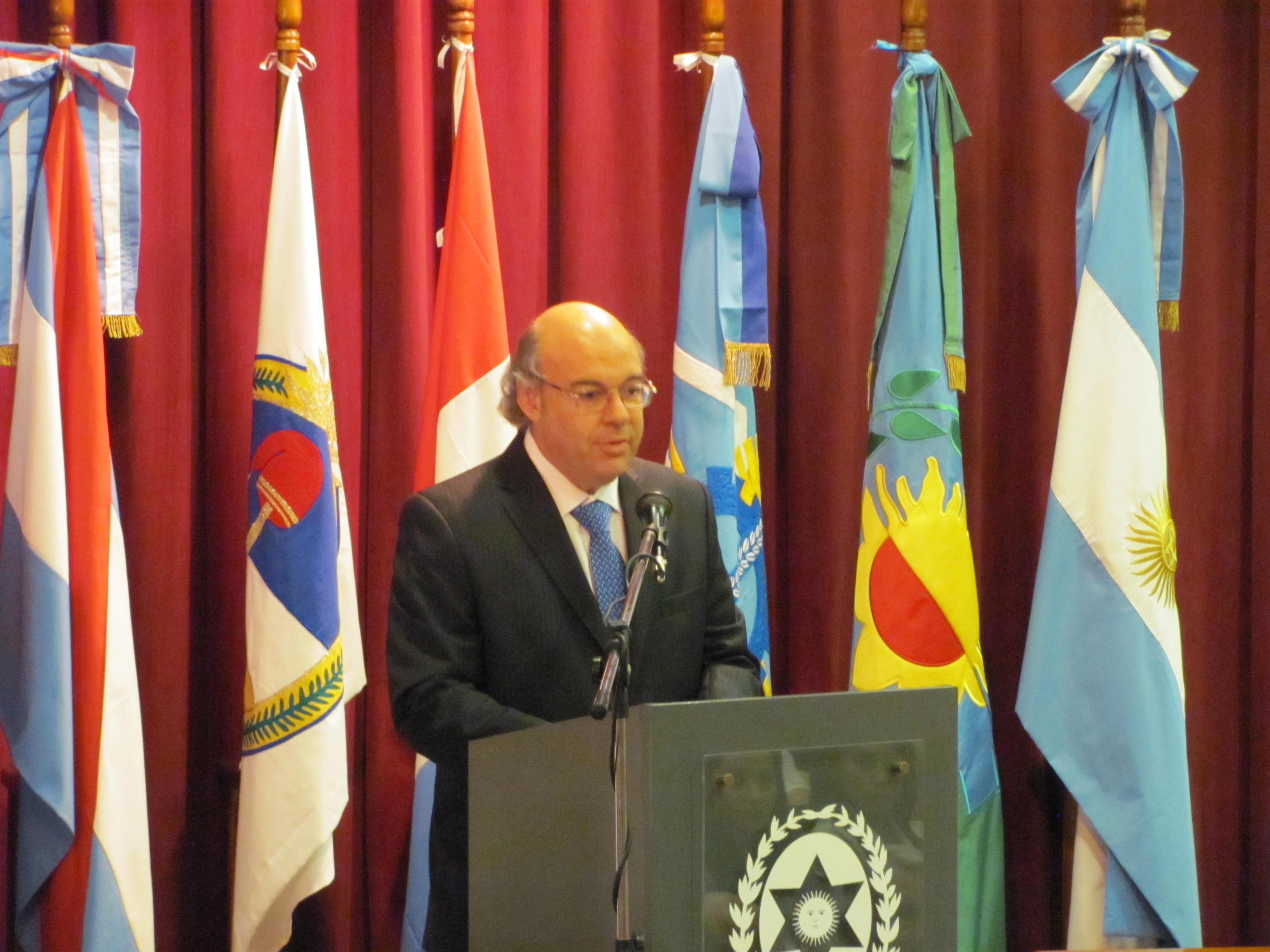 Abel Cornejo dando el discurso de cierre y despedida al frente del Consejo Académico
