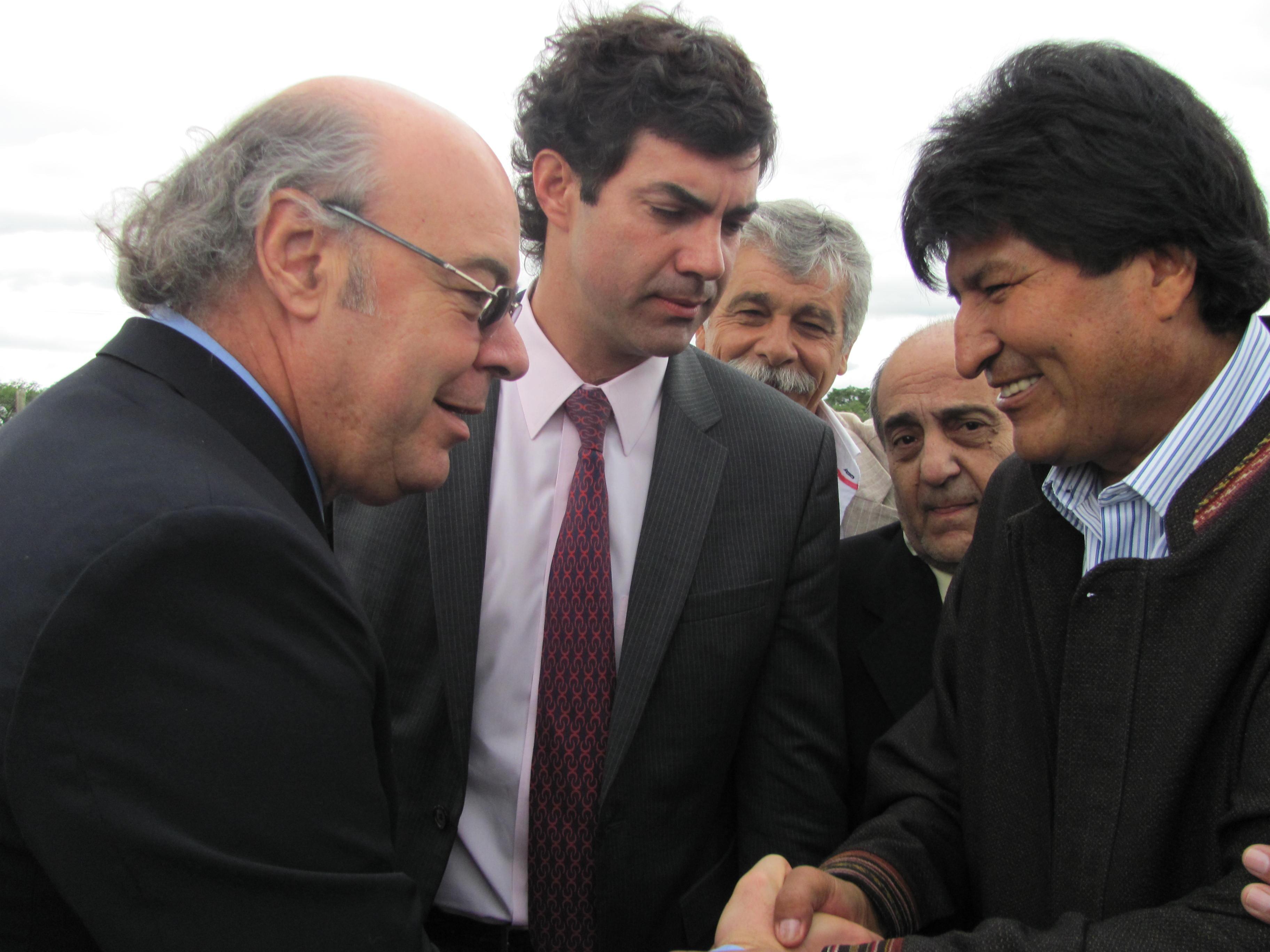 El juez Abel Cornejo saluda al presidente del Estado Plurinacional de Bolivia, Evo Morales