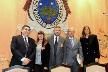 Foto: Abel Cornejo junto a autoridades de la Universidad Austral y panelistas.