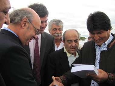 """Foto: Abel Cornejo le obsequió al presidente Evo Morales un libro de su autoría, """"Estupefacientes"""""""