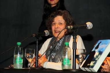 Foto: La Dra. Sara Mata prologó el libro y tuvo palabras de elogio para con la historia contada.