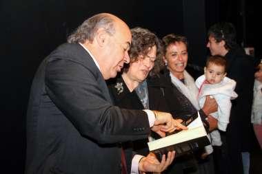 "Foto: Abel Cornejo, junto a Sara Mata, quien tuvo la gentileza de prologar ""La Mirada de Güemes""."