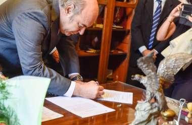 Foto: El Dr. Abel Cornejo firma su designación