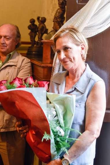 Foto: Inés Zadro sostiene las rosas obsequiadas por el Dr. Abel Cornejo