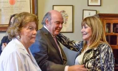 Foto: La Dra. Sandra Bonari, Juez de la Corte, felicita al Dr. Cornejo
