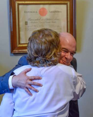 Foto: Alicia Castellanos madre de Abel cornejo saluda afectuosamente a su hijo