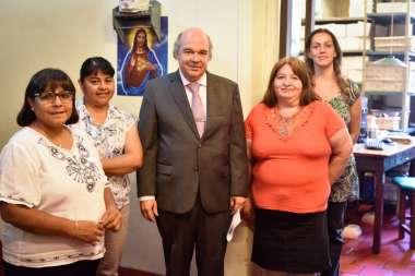Foto: Abel Cornejo junto al personal de la Biblioteca Atilio Cornejo