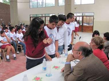 Foto: Abel Cornejo respondiendo a las consultas de alumnos