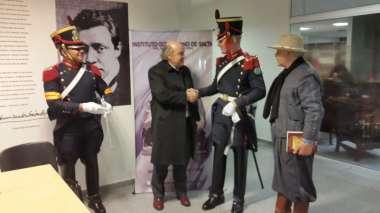 Foto: Abel Cornejo junto a Leopoldo Van Cawlaert y los Granaderos del Regimiento San Martín.