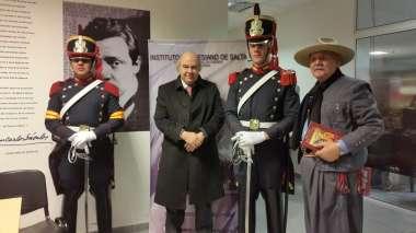 Foto: Abel Cornejo junto a Leopoldo Van Cawlaert y los representantes del Regimiento del Granaderos a Caballo General San Martin