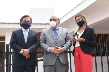 Foto: Entrega de placa a los egresados del CEI