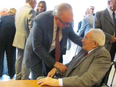 Foto: Emocionado, el Dr. Ricardo Reimundín recibió el saludo de sus pares