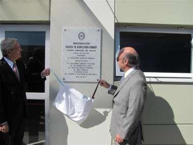 Foto: El Dr. Guillermo Posadas y Abel Cornejo descubrieron la placa fundacional