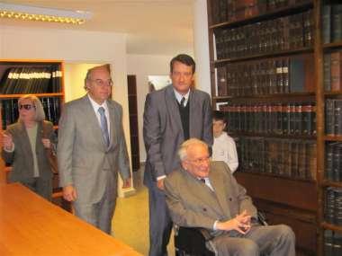 Foto: El Dr. Ricardo Reimundín recorrió las instlaciones de la biblioteca que lleva su nombre