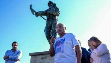 """Omar Valdez, padre de un brigadista, en el monumento """"Valentía Eterna"""". Jan Touzeau"""
