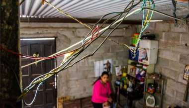Las conexiones ilegales son comunes en los asentamientos. Pablo Yapura