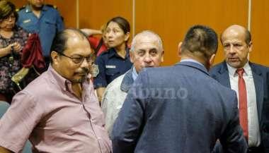 Los exfuncionarios Roberto Durnelli, Víctor César Dagún y Víctor Ola Castro, tras la sentencia. JAN TOUZEAU