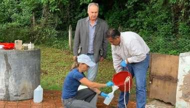 Personal del CIF toma las muestras en la planta y el amparista Delgado observa el proceso.